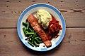 Varmrøget laks, kartoffelmos, tomatsauce og grønne asparges (4590135526).jpg