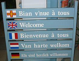 Guernesey: Festival histoire vivante. 260px-Welcome_multilingual_Guernsey_tourism