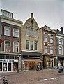 Zicht op voorgevels van winkelpanden en in het midden de voormalige winkel van De Gruyter - Delft - 20389950 - RCE.jpg