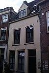 foto van Pand met hoog zadeldak, waarin dakkapel met fronton