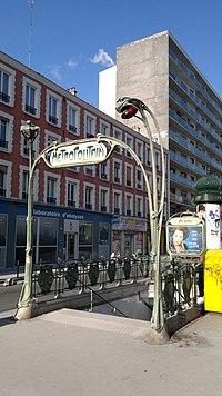 Édicule Guimard de la station Avron (métro de Paris).jpg