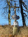 Železný křížek nad silnicí u Simtanského rybníka.JPG