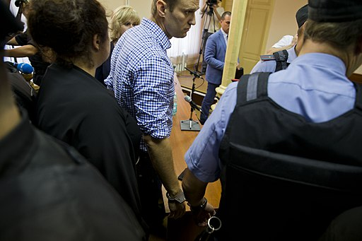 Алексея Навального берут под стражу в зале суда