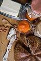 Домашен мармалад од кајсии со леб и путер.jpg