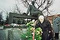 Пахмутова и Добронравов в с Красное у памятника Прокофьеву.jpg