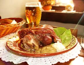 05644 gebratenes Eisbein mit Bier in Sanok, 2011.png