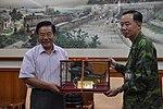 201012104083-1 陸軍航特部指揮官張怒潮中將致贈模型戰鬥機予王縣長.jpg