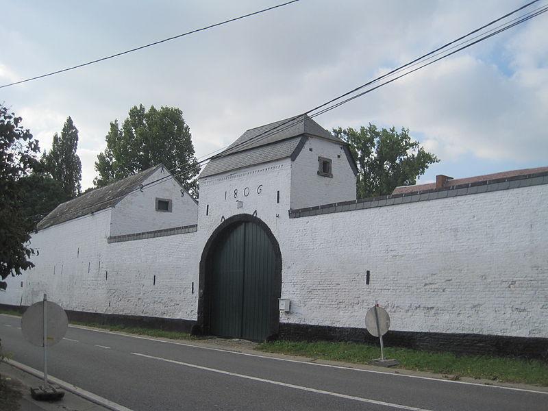 Les façades et toitures tant des bâtiments que du porche de 1806 de la ferme sise rue de la Gare, n°21