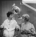 AVRO TV-spel Goede Reis, Lies Franken (l) en Ingrid Valerius, Bestanddeelnr 910-6121.jpg
