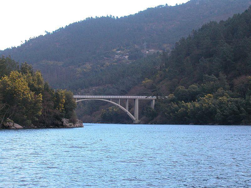 File:A Barca Desembocadura Avia en Miño.jpg