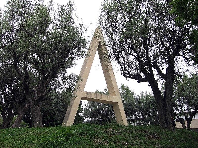 Joan Brossa: Poema visual transitable en tres tiempos: Nacimiento, camino —con pausas y entonaciones— y destrucción (1984), Velódromo de Horta, Barcelona