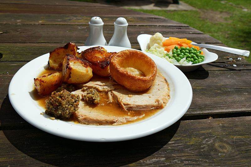 Datei:A roast pork Sunday Lunch dinner Newgate Street Hatfield Hertfordshire England.jpg