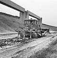 Aanleg en verbeteren van wegen, dijken en spaarbekken, lossgronden, stabiliseren, Bestanddeelnr 161-1274.jpg