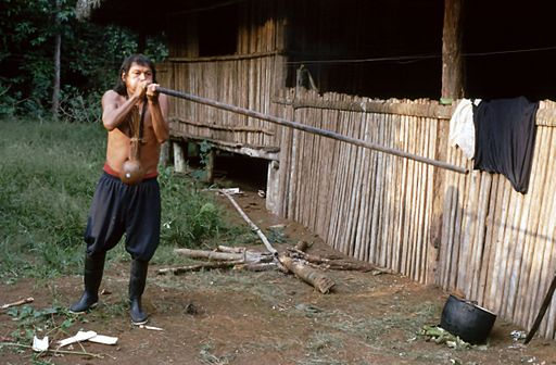 Achuar con cerbatana en la amazonia peruana