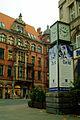 Adolf Falke Falke-Uhr vor dem Kaiserhaus am Thielenplatz im Hintergrund Akademiehaus der Dr. Buhmann Schule.jpg