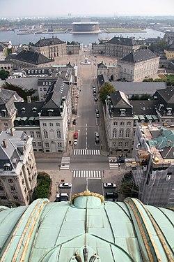 Dinh Amalienborg (của hoàng gia) phía cuối, chụp từ nóc nhà thờ