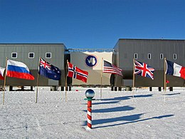 Amundsen-scott-south pole station 2007.jpg