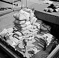 Arbeiders in een scheepsruim in de overslaghaven van Bazel-Kleinhüningen, gezien, Bestanddeelnr 254-1263.jpg