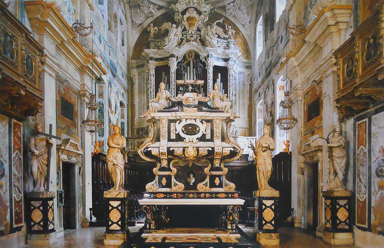 De helliges sarkofag på høyalteret