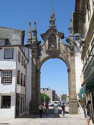 Arco da Porta Nova - The eastern façade with the image of Our Lady of Nazareth