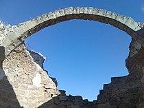 Arco románico en la basílica de Recopolis.jpg