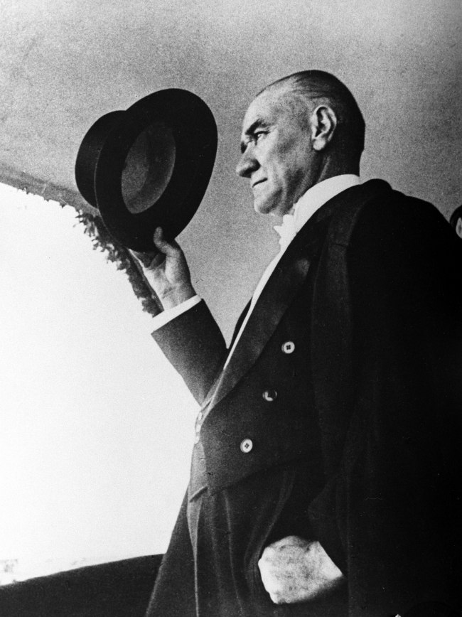 Atatürk şapkasıyla selam verirken