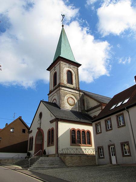 Die katholische Pfarrkirche Mariä Heimsuchung in Auersmacher, einem Ortsteil von Kleinblittersdorf, Regionalverband Saarbrücken