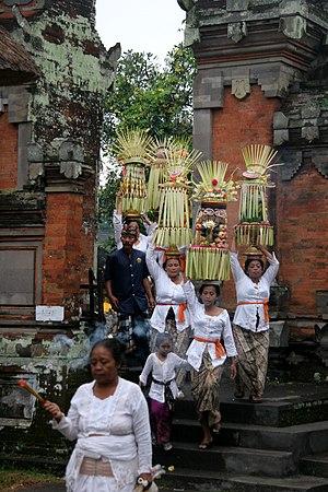 Bali Temple d'Ubud femmes venant faire leurs o...