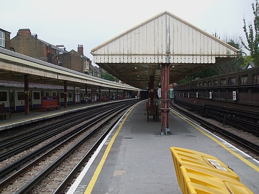 Barons Court stn westbound Piccadilly look east