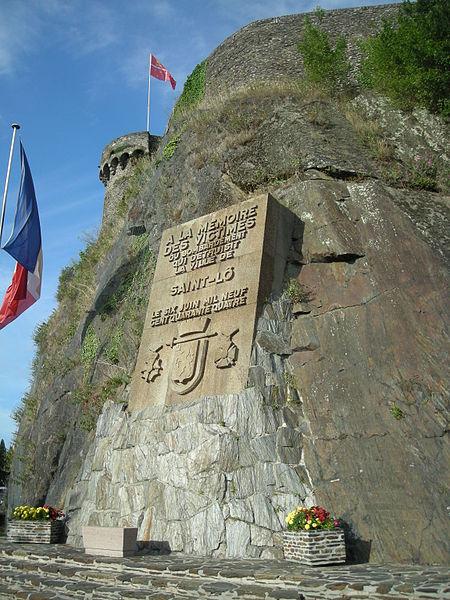File:Bas-relief sur les fortifications en mémoire aux victimes de la guerre.jpg