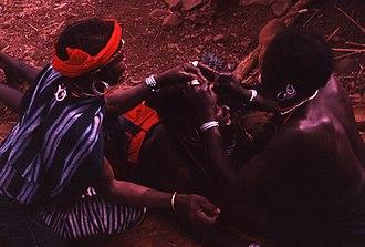 Bedick people - Image: Bedik hairstyling, Iwol, southeast Senegal (West Africa) (989178952)