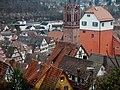 """Blick auf Calw, u. a. auf die evangelische Stadtkirche Peter und Paul 1888 im neugotischen Stil wiederaufgebaut und auf """"Der Lange"""", Der ehemalige Turm der Stadtbefestigung diente auch als Gefängnisturm - panoramio.jpg"""