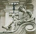 Bratislava Komenskeho namestie skulptura na budove1.jpg