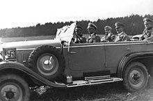 Hitler und mussolini mit fahrer bei einem wehrmachtsmanöver 1937