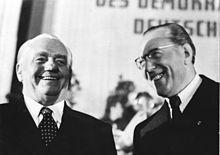 Wilhelm Pieck (à gauche) et le président du Conseil Otto Grotewohl lors de l'élection de W. Pieck au poste de président de la RDA. Photo prise le 11 octobre 1949.