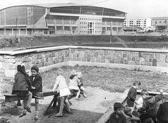 SV Dynamo - Image: Bundesarchiv Bild 183 B0903 0025 005, Schwerin, Kindergarten Lamprechtsgrund, Spielplatz, Sport und Kongresshalle