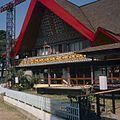 COLLECTIE TROPENMUSEUM Paviljoen in Batak-stijl op de jaarbeurs op het Merdeka-plein TMnr 20025829.jpg