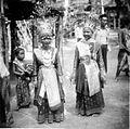 COLLECTIE TROPENMUSEUM Twee jonge danseressen in speciale kleding tijdens een dans na de rijstoogst Palembang TMnr 10004610.jpg