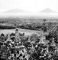 COLLECTIE TROPENMUSEUM Vergezicht vanaf de stupa's op de Borobudur naar de vulkanen Merapi en Merbabu TMnr 10015956.jpg