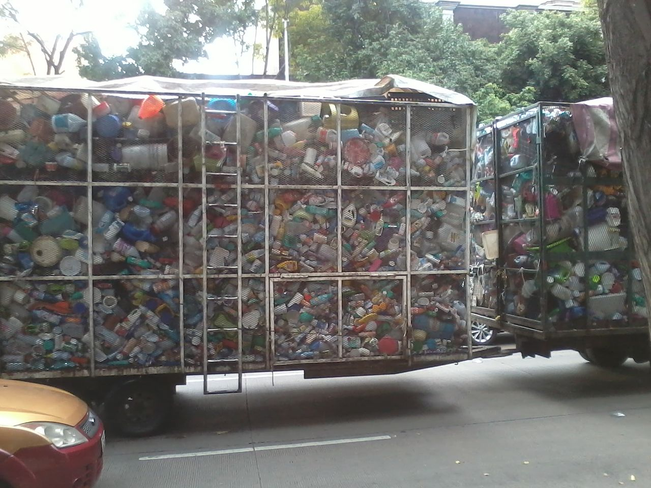 Camión transportador de botellas y envases de plástico (Av. Patriotismo y Eje 4 Sur Benjamín Franklin, México, D.F.) 01.jpg