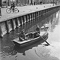 Canadese militairen ontspannen zich in een roeiboot na de strijd om de Afsluitdi, Bestanddeelnr 900-2695.jpg