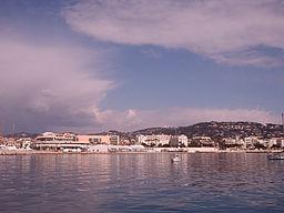 Cannes har set fra Middelhavet.