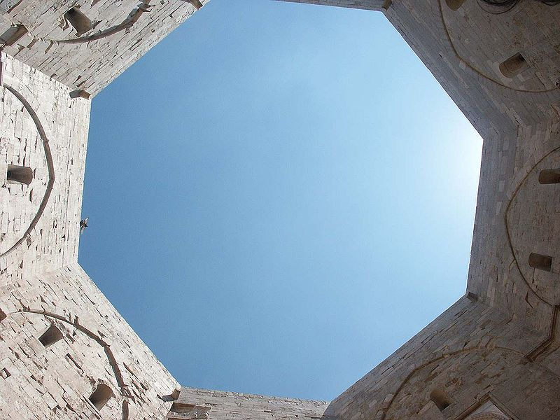 Datei:Castel del Monte Innenhof.jpg