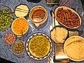 Cevapcici-ganzer Tisch mit Beilagen.jpg