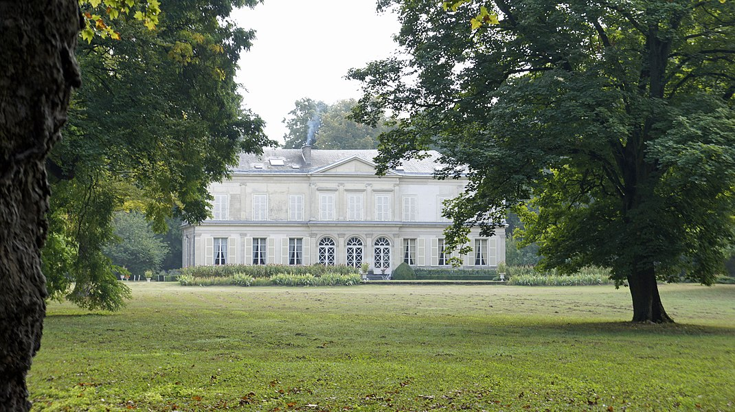 Vue de la façade du château depuis le parc.