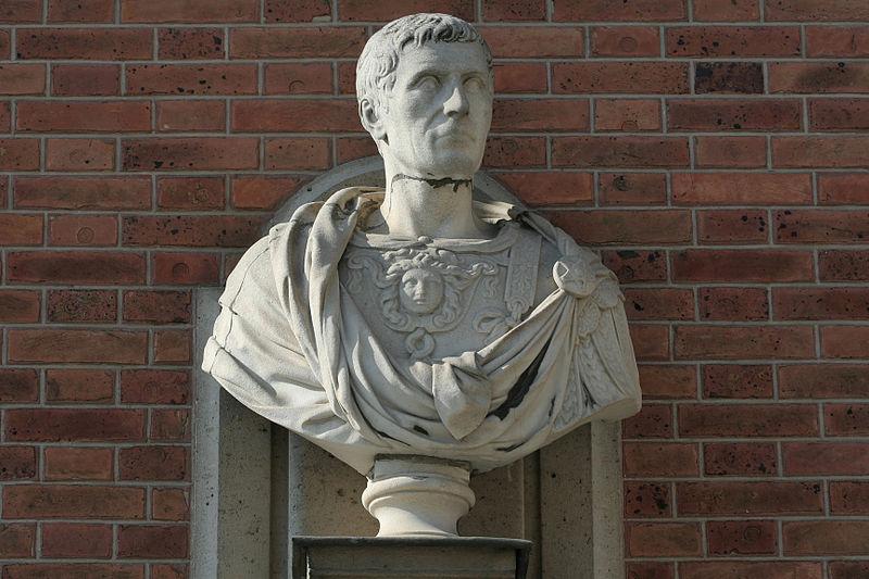 Fichier:Château de Versailles, cour de marbre, buste de Jules César, Vdse 126 02.jpg