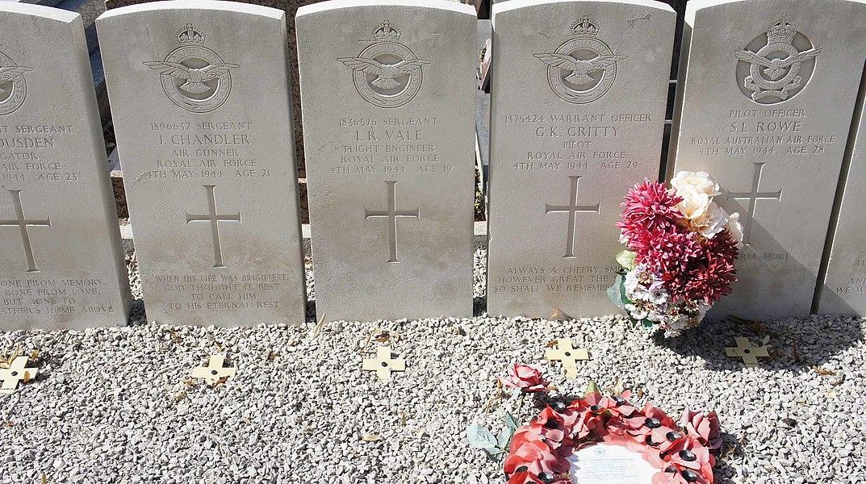 Equipage de l'avion du 103e squadron de la RAF tombé à Mailly le camp en 1944.K R J Warrens, J H Sallis, E G Housden, J Chandler, S L Rowe, G K Gritty,L R Vale, S R Russell, E A Metcalfe,  P A Staniland, D J Coldicott.