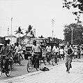 Collectie NMvWereldculturen, TM-20000938, Negatief, 'Straatgezicht met fietsers en een vrachtwagen in de hoofdstraat Jalan Malioboro', fotograaf Boy Lawson, 1971.jpg