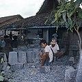 Collectie NMvWereldculturen, TM-20026876, Dia, 'Beeldhouwers aan het werk in een steenhouwerij te Muntilan', fotograaf Boy Lawson, 1971.jpg
