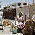 Collectie Nationaal Museum van Wereldculturen TM-20029778 Antilliaanse vrouw met koopwaar op de markt Curacao Boy Lawson (Fotograaf).jpg